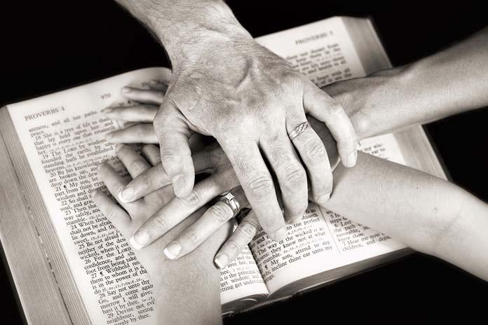 mãos sobre a bíblia